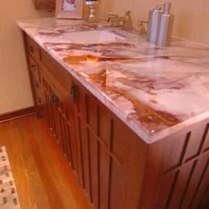 Rózsaszín onyx pult a fürdőszobához